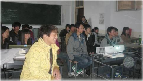 武汉视野教育咨询有限公司来校对学生进行就业前景辅导